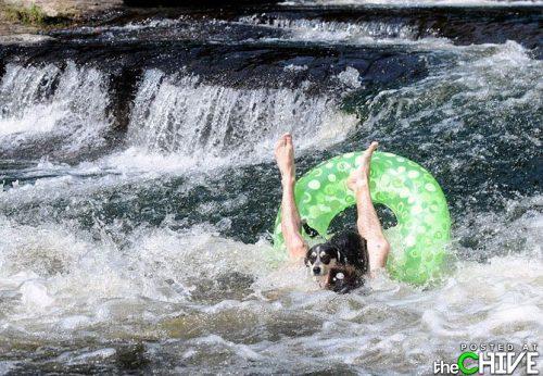 с краката нагоре във водата