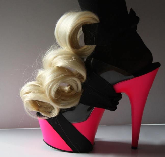странни обувки