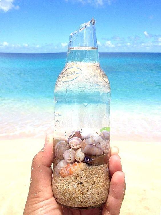 бутилка с море пясък и раковини